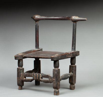Chaise de dignitaire à décor incisé. Bois,...