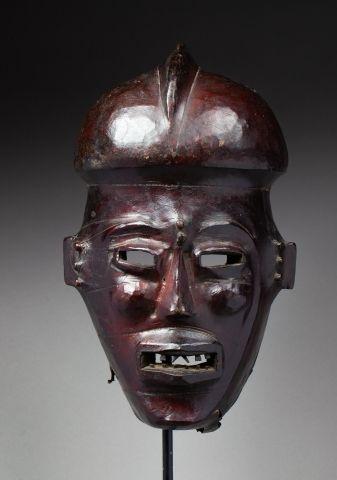 Masque heaume présentant un visage à l'expression...