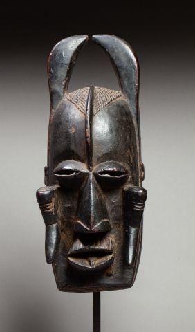 Masque de danse présentant un visage d'ancêtre...