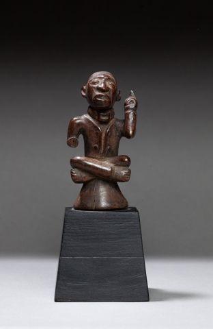 Statuette présentant un chef assit en tailleur...