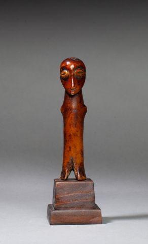 Figurine sculptée d'un personnage stylisé,...