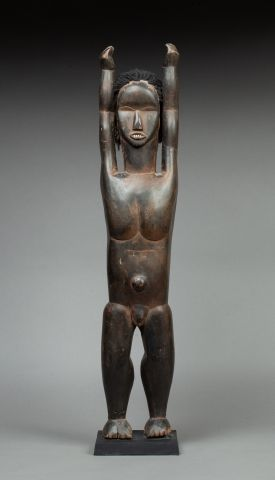 Personnage nu debout les bras levés symboliquement...