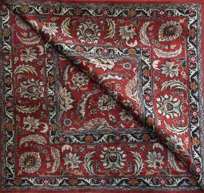 Deux tapis de salon L'un à fond turquoise...