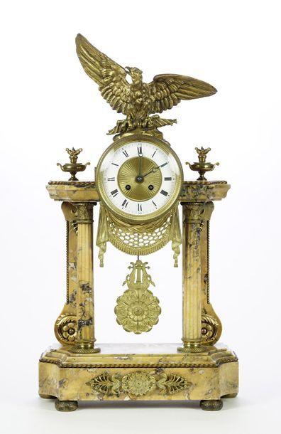 Pendule portique en marbre et bronze doré,...