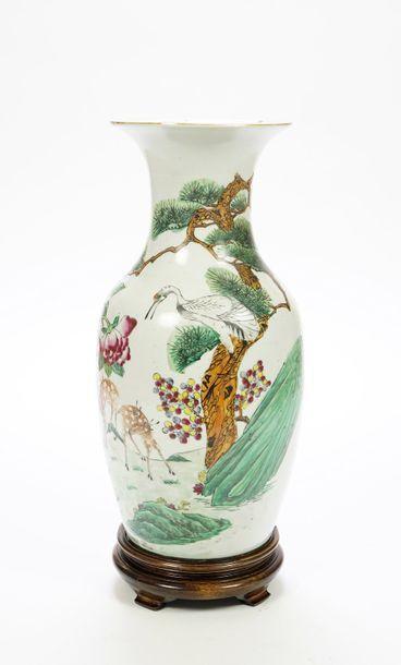 CHINE Fin XIX ème  Vase balustre en porcelaine...