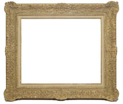 Grand cadre en bois sculpté et doré à décor...