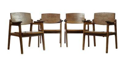 Suite de quatre fauteuils en bois naturel...
