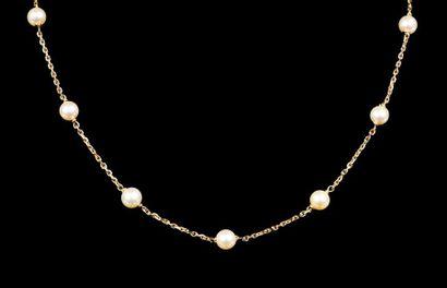 Collier en or jaune 18K (750°/oo) sertie de perles de culture.  Long. : 54 cm  Poids...