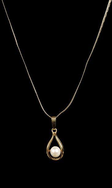 Chaîne en or jaune 14K avec un pendentif de forme goutte 18K serti d'une perle de...