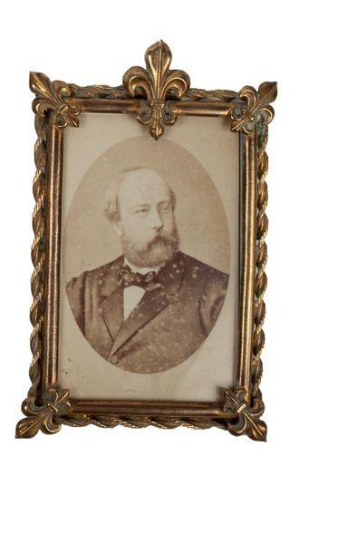 Comte de Chambord Cadre en bronze doré orné...