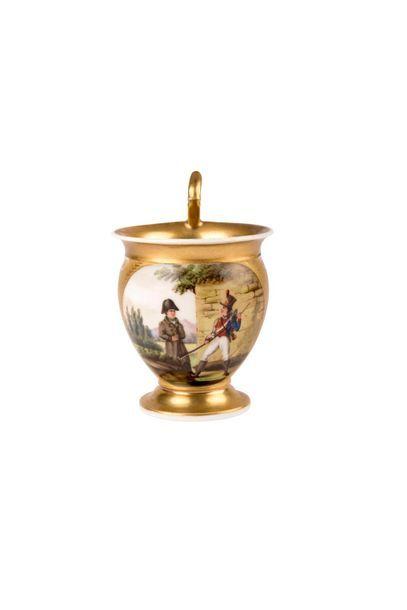 Napoléon Ier Tasse en porcelaine à fond or,...