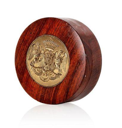 RUSSIE Boîte ronde en bois ornée sur le couvercle...