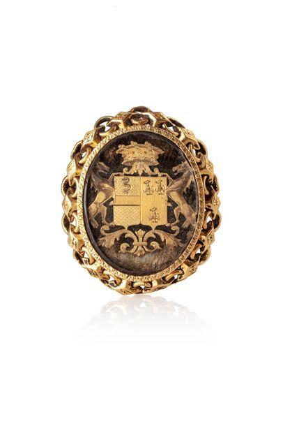 Broche ovale en or (750 millièmes), la bordure...
