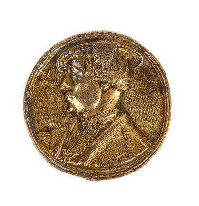 Médaille en métal doré ornée sur l'avers...