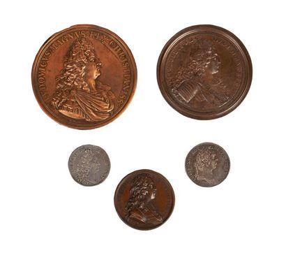 Lot de cinq médailles en cuivre et argent...