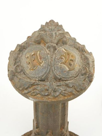 Ensemble de trois porte-brides en fonte à décor monogrammé ND dans des médaillons,...