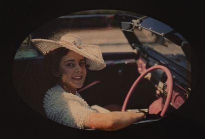 Autochrome Femme au volant d'une voiture,...