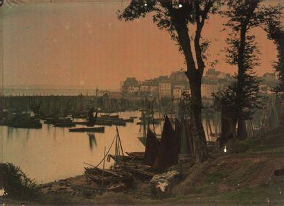 Autochromes Bretagne, c. 1911 -Vue du port...
