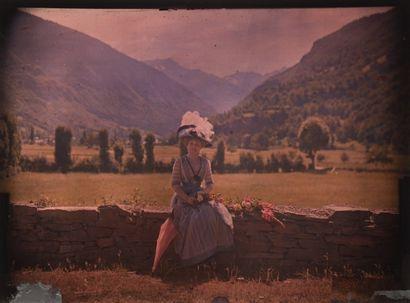 Autochrome Femme au chapeau, assise sur un...