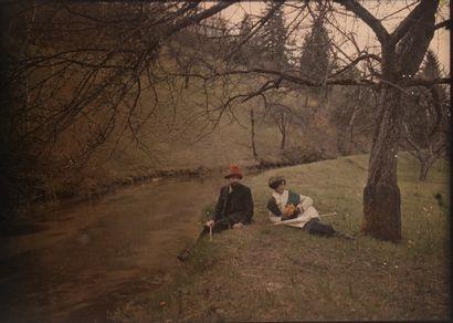 Autochromes -Couple assis près d'une rivière...