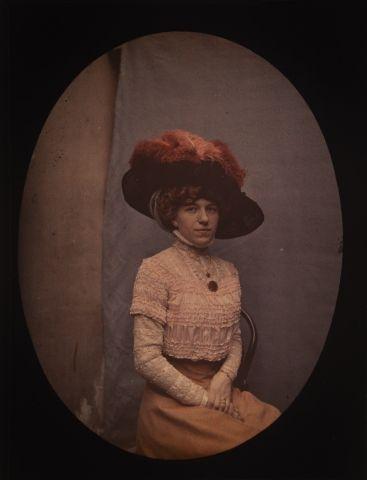 Autochrome Femme au chapeau en studio, c....