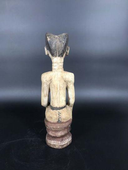 COTE D IVOIRE Côte d Ivoire  Statue de colon représentant un personnage féminin assis,...