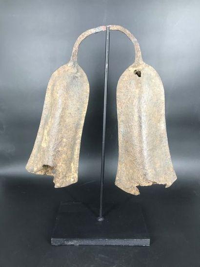 FON, Bénin FON, Bénin  Anciennes cloches doubles en fer avec socle. Le battant...