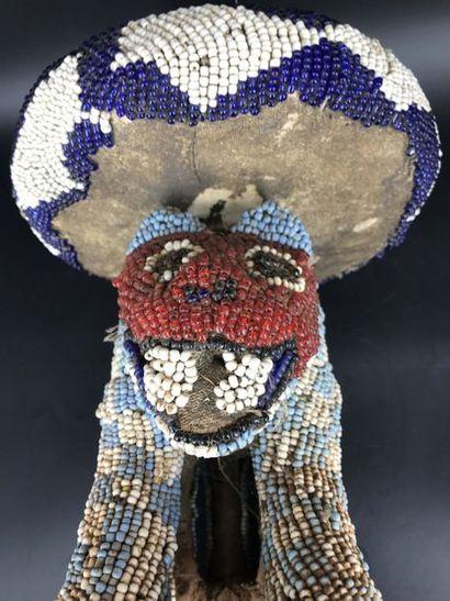 BAMIKELE, Nord cameroun BAMIKELE, Nord cameroun  Siège à décor d'un animal sacré....
