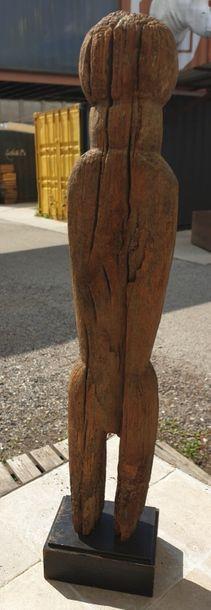 MOBA, Togo MOBA, Togo  Statuette représentant un personnage sans bras. Groupe en...