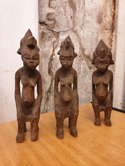 TRAVAIL AFRICAIN TRAVAIL AFRICAIN  Ensemble de trois statuettes anthropomorphes en...