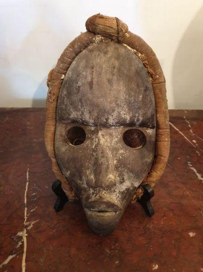 DAN, Côte d Ivoire DAN, Côte d Ivoire  Masque avec sa coiffe Traces de kaolin. H:...