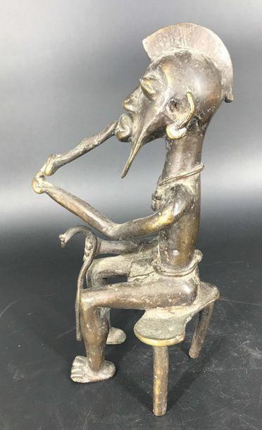 Bénin, travail moderne Bénin, travail moderne  Bronze d'un chef de village à la pipe....