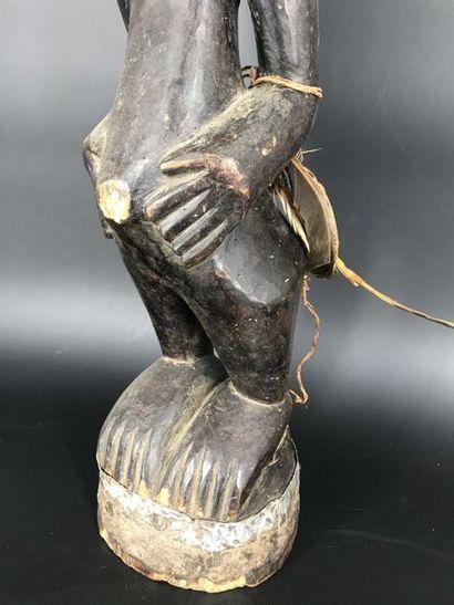 R.D. Congo R.D. Congo  Fétiche dans le style Songyé. Personnage masculin au corps...