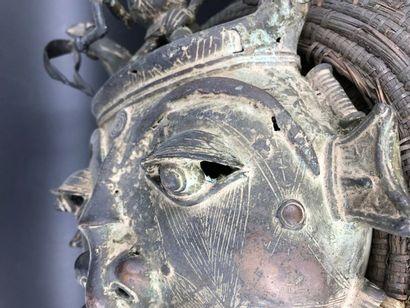 Benin, Bamoun Benin, Bamoun  Masque en Bronze du royaume. H: 40 – L: 40 cm  Les...