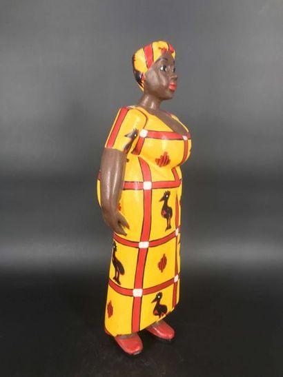 """COTE D IVOIRE Côte d Ivoire  Grande statue colon d'une femme """"awoulaba"""", vêtue d'un..."""