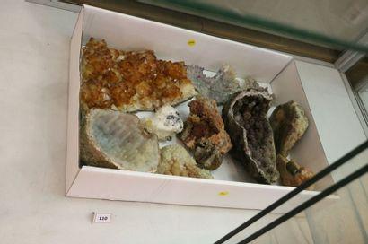 Lot de neuf minéraux divers (4 à 20 cm) dont fleur d'améthyste, plaque de citrine,...