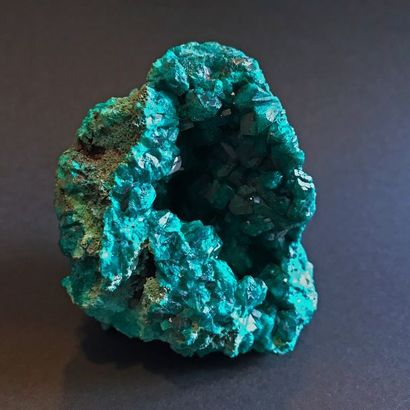 Petite géode de DIOPTASE cristallisée du Congo (8,5 x 7 cm)