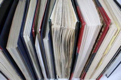 Une caisse de treize volumes. Timbres de...