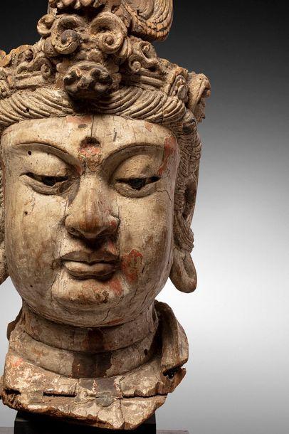 CHINE - Epoque MING (1368 - 1644)  Importante tête de Guanyin en bois à traces de...