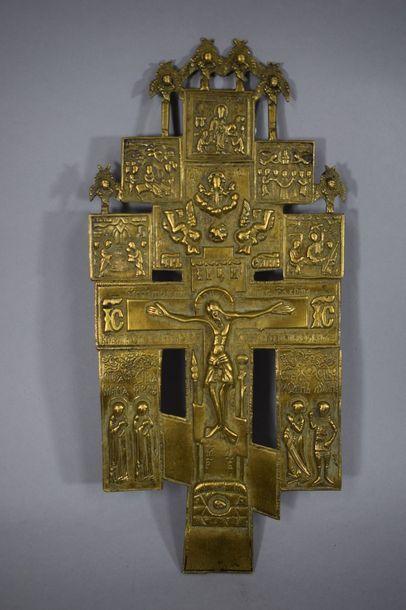 Croix composite, représentant au sommet de...