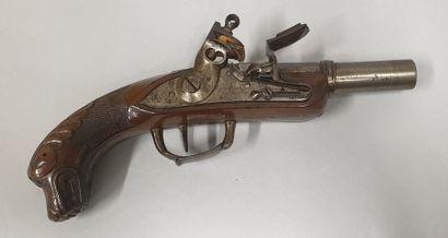 """Pistolet d'officier dit """"Chien de mer""""  Platine à silex et à corps plat signée manufacture..."""