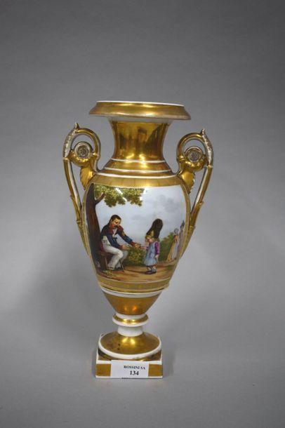Paris XIXe  Vase en porcelaine de forme Médicis...