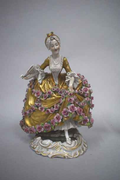 Statuette porcelaine représentant une femme...