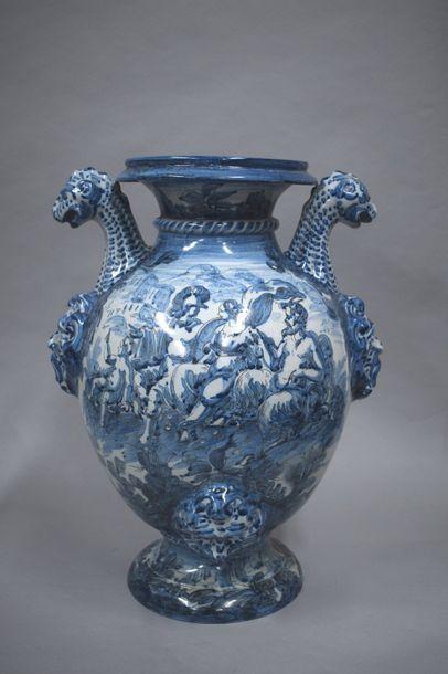 Grand vase balustre en faïence orné de mascarons...