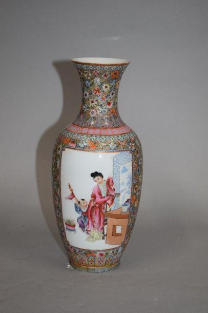 CHINE - XXe siècle Vase balustre à col évasé...