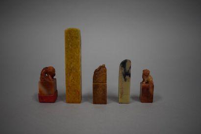 Lot de 5 cachets en pierre dure sculpté de...