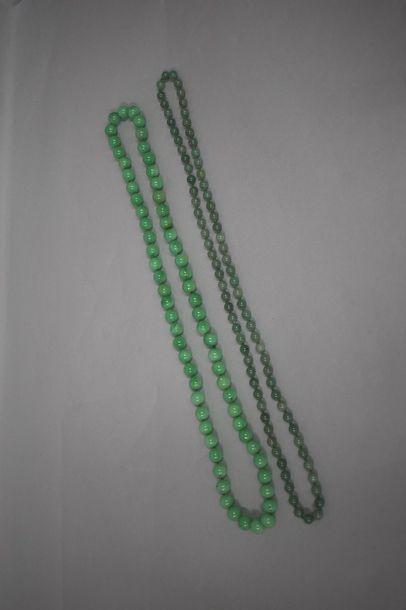 Deux colliers en pierre dure verte.  Chine,...