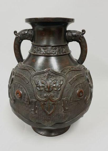 Vase en bronze à patine brune à décor de...