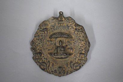 Plaque en fonte de fer figurant Bouddha sous...