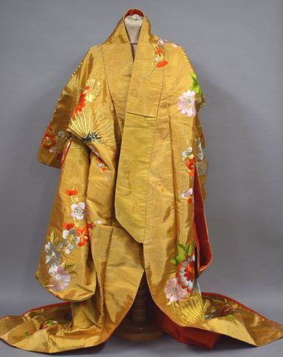 JAPON Kimono en soie or à décor brodé de...